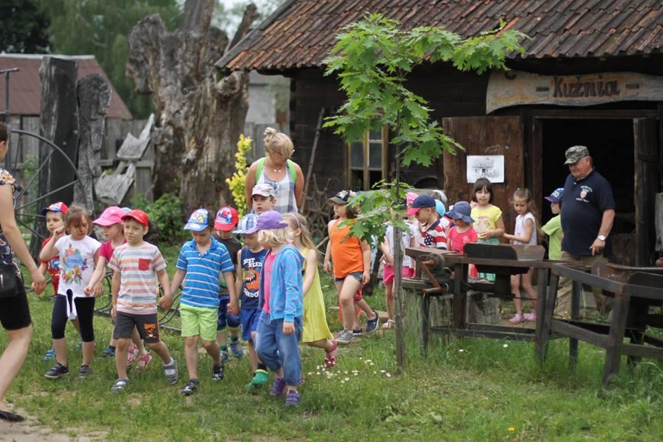 dzieci w Skansenie