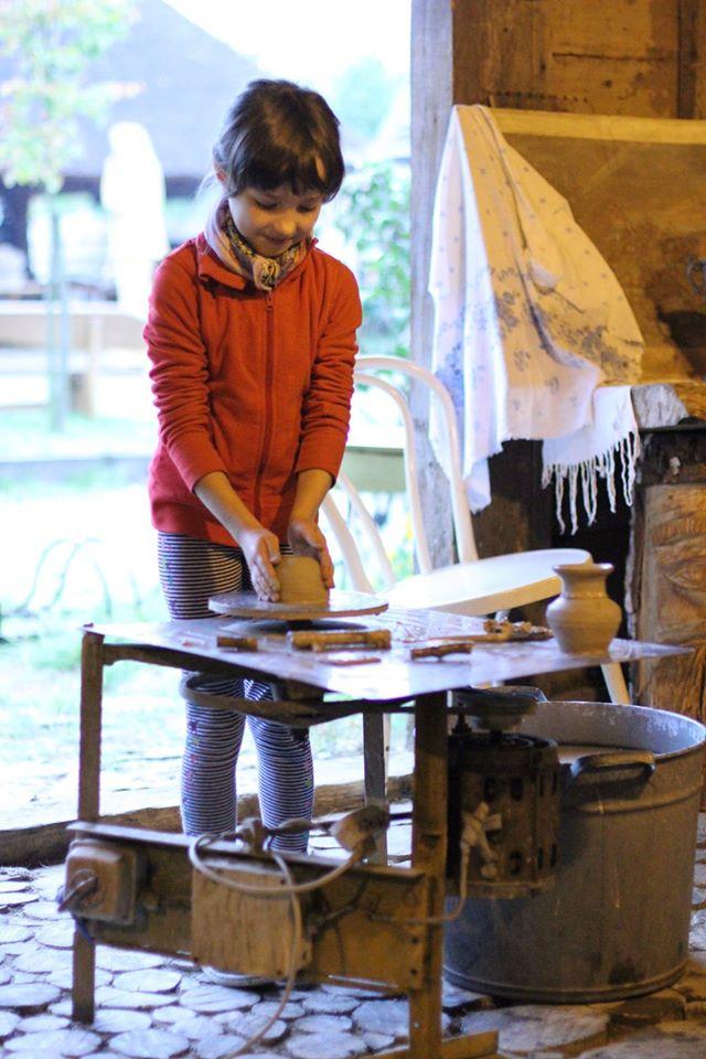 Kształtowanie gliny na kole garncarskim